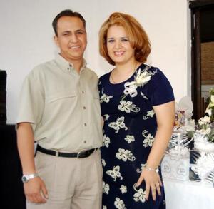 Una despedida de soltera le ofrecieron a Nohemí Acevedo Mares con motivo de su próxima boda con Eduardo Saucedo Escobedo quien la acompaña.