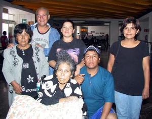<b> 26 de agosto </b> <p> Mercedes López y sus hijos Enrique y Juana Salinas viajaron a Estados Unidos, fueron despedidos por Juan, Isabel y Yadira