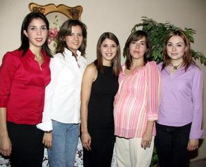 Acompañan a Edisa Margarita Flores López en su última despedida de soltera, Brenda Flores, Maribel Ruiz, María Acuña y Roberta Alicia Martínez.