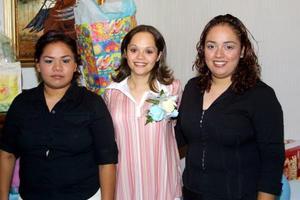 Blanca Valdés Zamarripa junto a las anfirionas de su fiesta de canastilla, Perla Citlali Magaña y Glori a Valdés Zamarripa.