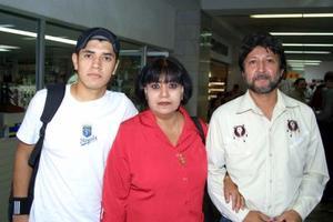 En plan vacacional se trasladó a San Diego, CAl., Francisco Revueltas Esquivel, lo despidieron su mamá Irma Esquivel y su tío José Ángel Márquez.