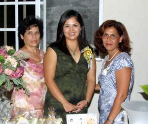 Con una despedida de soltera festejaron a Gisella López  con motivo de su próxima  boda con Juan Antonio Requejo Torres, la acompañan sus anfitrionas.