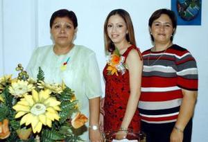 Gloria Elizabeth Ramírez Mirazo junto a las anfitrionas de su fiesta de despedida, Lorena Mirazo de Ramírez y Rosa Ojeda de Martínez.