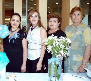 Yaneth Galván de Rodríguez junto a las anfitrionas de su fiesta de canastilla Ninfa de Galván, Silvia de Rodríguez y Farah de Marcos.