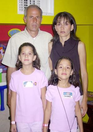 Andrea y Soraya cumplieron ocho y nueve años de edad, respectivamente, y fueron festejadas por sus padres, René Cepeda y Soraya S. de Cepeda.