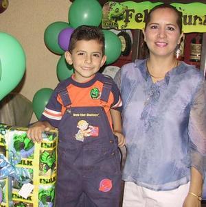 David Jiménez acompañado de su mamá Graciela Sonora de Jiménez en el festejo que le ofrecieron por su quinto aniversario de vida.