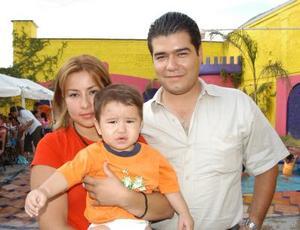 Diego Fernando Galindo Ibarra con sus papás, Éric Galindo Díaz e Isela Ibarra Salazar, en el festejo que le ofrecieron por su bautizo.