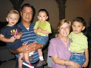José Luis Hurtado Unzueta y Herminia Borbolla de Hurtado, junto a sus nietos, Sergio Luis y Diego Hurtado Cisneros y Eduardo Hintza Hurtado.j