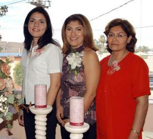 Alma Lares Ortiz Acompañada de Cristina Ortiz y Soledad Marentis, anfitrionas de su primera despedida de soltera. Ella se casará con Fabián Echávarri Marentis el próximo 27 de septiembre.