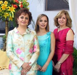 Captada en su primera despedida de soltera aparece Alejandra Nahle Zarzar, acompañada por las organizadoras de la reunión, señoras Roario Álvarez de Mijares y Alejandra Zarzar de Nahle.