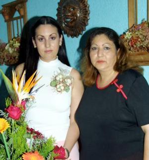 Olga Esquivel Márquez acompañada de su mamá Olga M. de Esquivel anfitriona de su primera despedida de soltera.