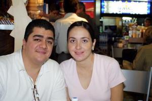 Para atender negocios de la industria textil, se trasladó a México, Jorge Fahur y fue despedido por María del Carmen de Fahur.