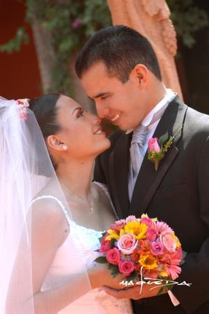 C.P. Carlos Oralndo Samaniego Mota y C.P. Sandra Gabriel Galindo Leal recibieron la bendición nupcial en la parroquia Los Ángeles el 17 de mayo de 2003 <p> <i>Estudio: Maqueda</i>