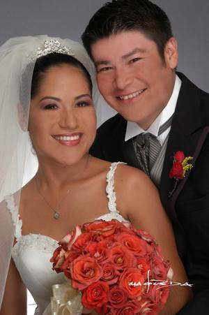 Lic. Gustavo Hinojosa Ruelas y Lic. Rocío Rivera Karrum recibieron la bendición nupcial en la parroquia de San Pedro Apóstol el 19 de julio de 2003. <p> <i>Estudio: Laura Grageda</i>
