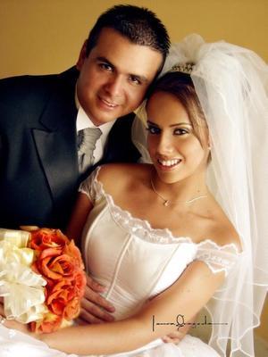 Ing. Jesús Arturo García Rodríguez e Ing. Elizabeth de Lourdes Mireles Rentería recibieron la bendición nupcial en el Templo El Pueblito el  19 de julio de 2003. <p> <i>Estudio: Laura Grageda</i>