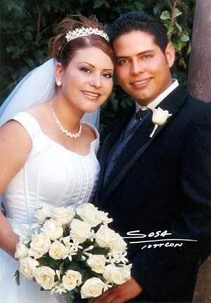 C.P. Juan Manuel Juárez Salazar e Ing. Anny Ayup Muñoz recibieron la bendición nupcial el 19 de julio de 2003  <p>  <i>Estudio: Laura Sosa</i>