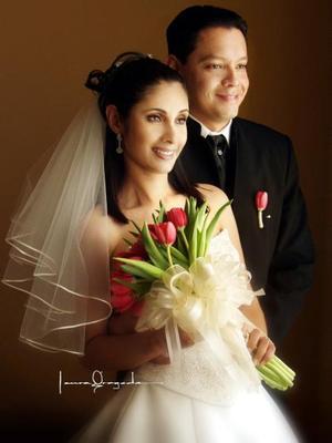 Ing. José Luis Acosta Sifuentes y Lic. Rosa Cecilia Sosa Lugo contrajeron matrimonio religioso en la parroquia Los Ángeles el dos de agosto de 2003.  <p>  <i>Estudio: Laura Grageda</i>