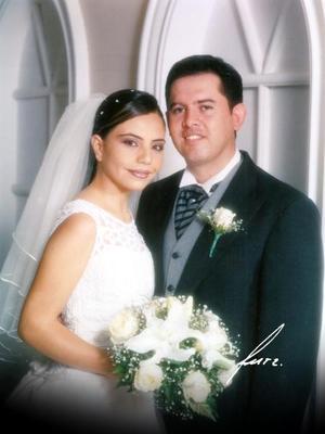 Lic. Leonel Enrique Chavira Acosta y C.P. Luz Mayela Flores Mata contrajeron matrimonio religioso en la parroquia Los Ángeles el dos de agosto de 2003.  <p>  <i>Estudio Flavio Becerra</i>