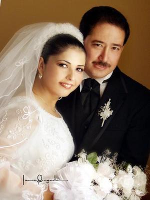 Ing. Roberto Burgos Martínez e Ing. Dalia Araceli Carrillo Morales recibieron la bendición nupcial en la parroquia de Nuestra Señora de la Virgen de la Encarnación el dos de agosto de 2003.  <p>  <i>Estudio: Laura Grageda</i>