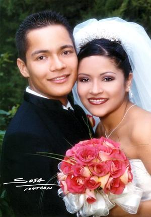 Sr. Edson Valenzuela Cueto y Srita Irazema Méndez Castañeda recibieron la bendición nupcial en la parroquia de Nuestra Señora del Refugio en Matamoros, Coah., el 31 de julio de 2003. <p>  <i>Studio Sosa</i>