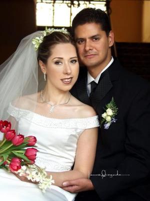 Sr. Víctor Manuel Ramos Manjarrez y Srita. Rosa de las Nieves Gurrola Méndez contrajeron matrimonio religioso el cinco de julio de 2003. <p>  <i>Estudio Laura Grageda</i>