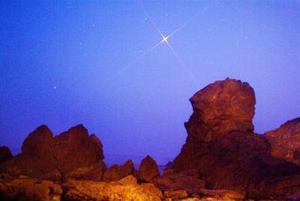 Los observadores podrán contemplar el planeta, actualmente en la constelación de Acuario, en el sector sureste del firmamento después del ocaso, casi directamente hacia arriba en horas de la medianoche y al suroeste antes del amanecer.