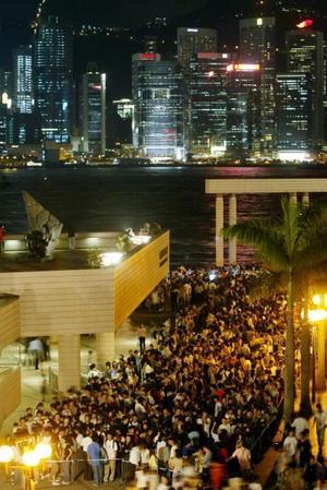 Quien se perdió la oportunidad de la madrugada de este miércoles 27 de agosto, o las ligeramente menos espectaculares de los próximos días, tendrá que esperar 284 años para otro encuentro de esta clase.  <p> <i>En el gráfico: Más de 3,000  personas salieron a las calles de Hong Kong para admirar el suceso</i>