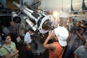 Marte fue en la madrugada del miércoles 27 de agosto  el objeto más brillante del cielo, a excepción de la Luna, con su color rojizo fácil de apreciar.  <p> <i>En el gráfico: Veinte segundos por persona aprovecharon los japoneses  en el Museo de Ciencia de Tokyo, Japón </i>