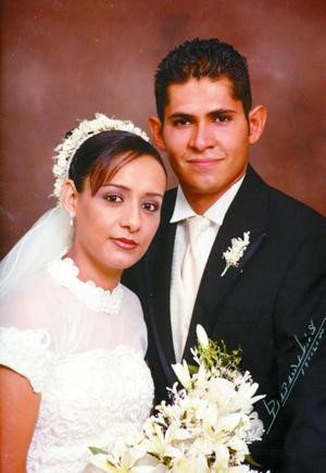 Ing. Jesús Ramón Araújo Rodríguez y C.P Rosa María Barraza Méndez contrajeron matrimonio religioso en la iglesia de la Imaculada Concepción el sábado 16 de agosto de 2003 a las 19.00 horas. <p><i>Studio: Papadakis</i>