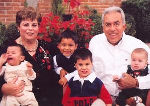 Señores Beatriz Villarreal de Meza y José Luis Meza Sepúlveda en compañía de sus nietos: Sebastiano, José Luis, Alejandro y Tommaso.