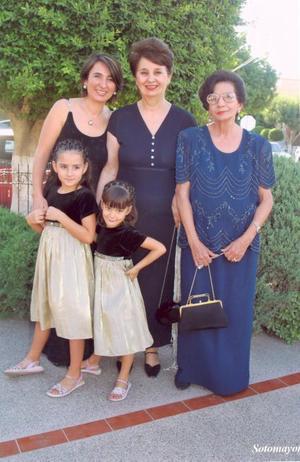Pilar Madero de González y Margarita Villarreal de Saldaña en compañía de Maribel González de Saldaña y los nietos Isabel y Mary Fer.