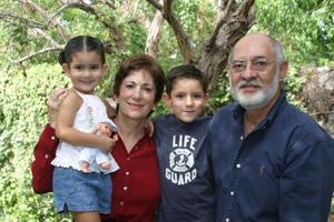 Señores Rosa María P. de Medina y José Luis Medina con sus nietos Luisa y Eduardo