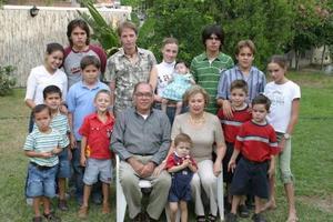 Acompañados por sus nietos aparecen los señores Mario Villarreal Roiz y  Aída de la Garza de Villarreal