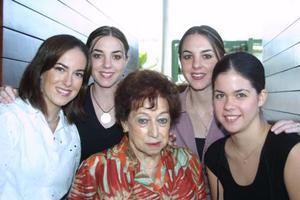 Doña Maruza Ortiz de García captada con sus nietas: Ana Cristina, Susana, Sofía y Mariana.