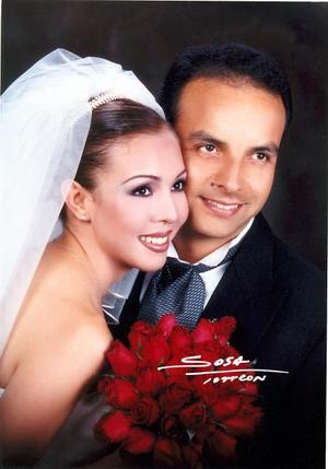 C.P. Carlos García Aymerich y Lic. Ana Carolina Chew Gómez Llanos recibieron la bendición nupcial en la parroquia Los Ángeles el 23 de agosto de 2003.  <p><i>Studio: Sosa</i>