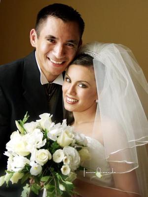 Ing. Salvador Pérez Barbosa e Ing. Ana Laura Pérez González contrajeron matrimonio en la parroquia Los Ángeles el 16 de agosto de 2003.  <p><i>Estudio: Laura Grageda</i>