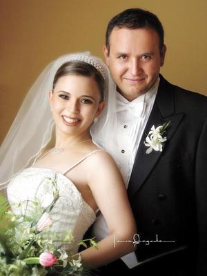 Lic. Manuel García Cárdenas y Lic. Ana Lucy Suárez Suárez recibieron la bendición nupcial en la parroquia de San Pedro Apóstol el 16 de agosto de 2003.  <p><i>Estudio: Laura Grageda</i>