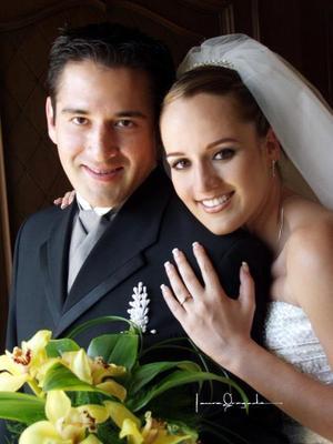 Sr. Benjamín Ávalos Méndez y Srita Patricia de la Torre Dillón recibieron la bendición nupcial en la parroquia de La Sagrada Familia el sábado dos de agosto de 2003.   <p><i>Estudio: Laura Grageda</i>