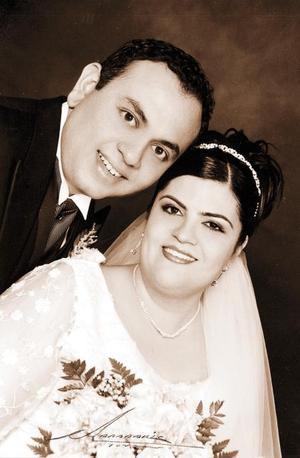 Sr. Víctor López Martínez y Laura Alina Maldonado contrajeron matrimonio religioso en la parroquia de La Sagrada Familia el dos de agosto de 2003. <p><i>Estudio: Nicolás Papadakis</i>