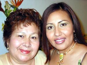Olga Liliana López Espinoza con su mamá Laura E. de López anfitriona de su primera fiesta pre nupcial.