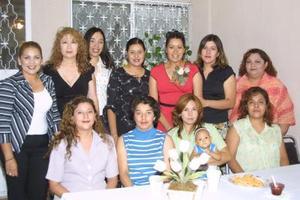 Un grupo de invitadas acompañan a Cecilia Castro en el festejo pre nupcial que le prepararon María de Jesús Herrera de Castro y Blanco Olivia Muñoz.
