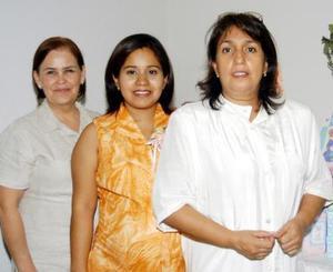 Alejandra García de Reyes en la reunión de regalos para bebé que le ofrecieron Patricia Martínez y María Cristina Franco de Reyes