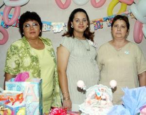 Con una reunión de regalos festejaron a Fabiola Guerrero preparada por su mamá María de Lourdes Castro y su suegra Maricela Goytia quienes la acompañan.