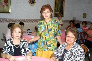 Socorro de Quintana, Dora de Juárez y Victoria Arratia en la junta mensual de las damas Leonas.