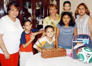 El niño Iván Eduardo Pedroza Frayre aparece acompañadop de sus abelas, Lety Zubiría y Josefina Flores; de sus hermanos Édgar y Óscar y de su mamá Claudia Frayre en su fiesta de cumpleaños.