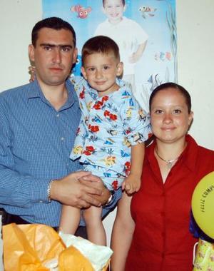 Paquito Villalobos Salum con sus papás Francisco Javier Villaloboo y Yanhira Salum de Villalobos en la fiesta que le ofrecieron por sus tres años.