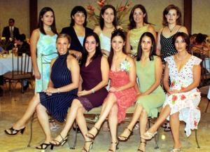 Gabriela Fernández acompañada de un grupo de amigas el día de su despedida de soltera.