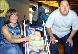 Claudia Elena Silva y el pequeño Ulises Rivas regresaron a Tijuana, y fueron despedidos por Alejandro Silva