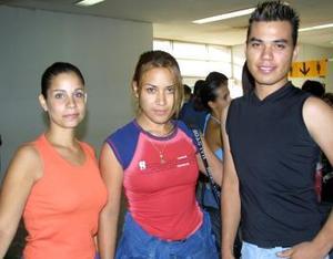 <u>01 de septiembre </u> <p>  Luego de unas vacaciones en Buenos Aires, Argentina, regresó Karina Miranda, quien fue recibida por su hermano Carlos y por Sara.