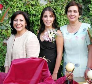 Diana González Martínez junto a las anfitrionas de su despedida, las señoras María Guadalupe Castellanos de Seáñez y Ángeles Martínez de González